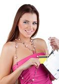 Femme belle souriante a sorti une carte de crédit de paquet — Photo