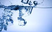 Blaues Eis in Wasser — Stockfoto