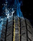 轮胎与水下落 — 图库照片