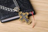 библия и крест — Стоковое фото