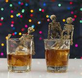 Squelette avec un whisky. problème de l'alcoolisme — Photo