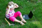 Liten flicka med laptop — Stockfoto