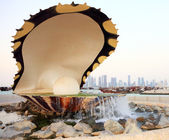 Qatar's oyster and pearl fountain on the Corniche. — Stock Photo