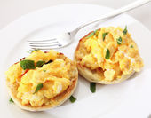 Muffin and scrambled egg horizontal — Stock Photo