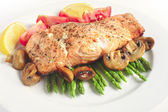 Veg e posta de salmão grelhado-pan — Fotografia Stock