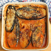 Aubergines with parmesan cheese baked in a tomato pasata sauce — Stock Photo