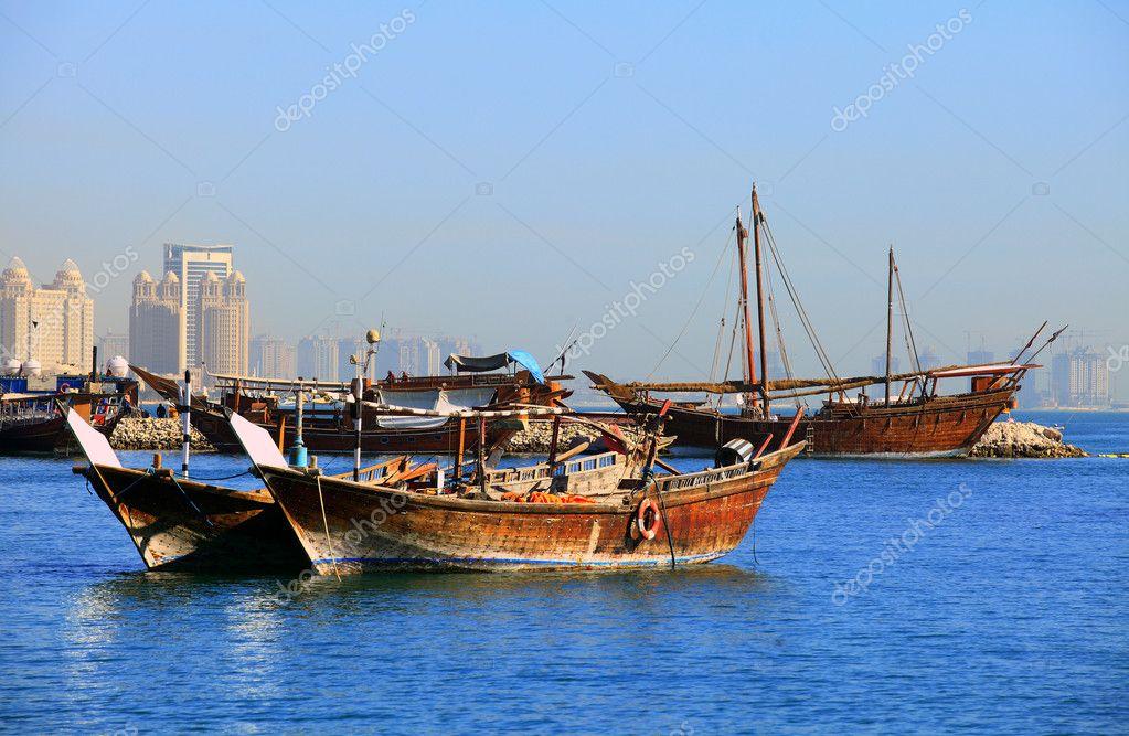 单桅帆船停泊在多哈湾