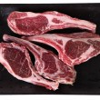A supermarket tray of raw lamb rib chops - Foto de Stock  