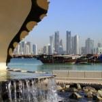 Doha fountain, harbour and skyline — Stock Photo
