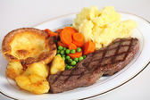 Steak, veg and Yorkshire pud — Stock Photo
