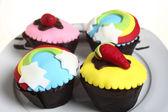 Partij cupcakes op een plaat — Stockfoto