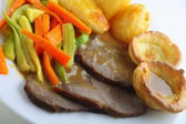 Roast beef, yorkshires and veg — Stock Photo