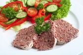Corned beef con insalata — Foto Stock