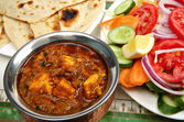 Kadai paneer cheese curry in a cardamon gravy, with naan bread and a side s — Stock Photo