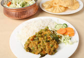 Vegetable korma and salad — Stock Photo