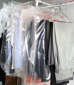 Kleidung in der wäscherei — Stockfoto