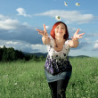 Young woman throwing daisies — Stock Photo