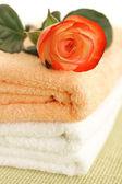 Rose und Handtücher — Stockfoto