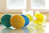 复活节彩蛋和水仙花 — 图库照片