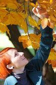 年轻女人享受美丽的秋色 — 图库照片