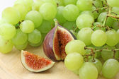 Fig and white grape — Stock Photo