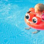 Baby Floatee Look Away — Stock Photo #7105278