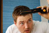 Man Mirror Straightener — Stock Photo
