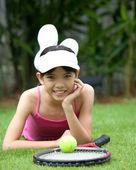 Chica con raqueta de tenis en el parque al aire libre — Foto de Stock