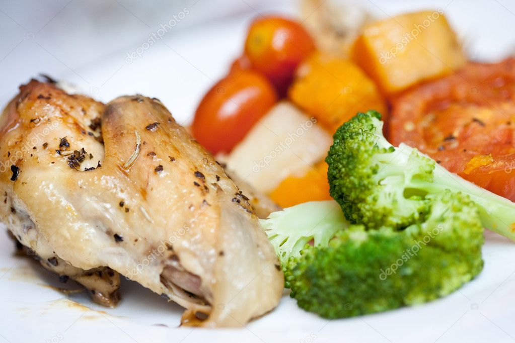 Delicious roast chicken with broccoli and roasted vegetables — Stock Photo #7140721