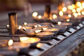 Línea de lámparas de aceite la pared de oración — Foto de Stock