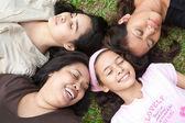 Asyalı anne ve genç kızları — Stok fotoğraf