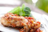 Włoska kurczak cacciatore, podawany z makaronem — Zdjęcie stockowe