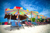 Sun parasols and sundeck chairs — Stock Photo