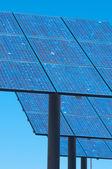 Panneaux solaires avec un ciel bleu — Photo