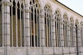 Colonnade of the Campo Santo in Pisa in Piazza dei Miracoli — Stock Photo