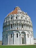 Baptistery next to the tower of Pisa in Piazza dei Miracoli — Stock Photo