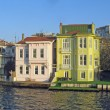 Turkish house reflects on the water of the Bosphorus — Stock Photo