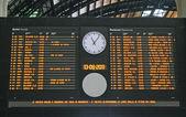 Horários dos comboios e chega na estação — Foto Stock