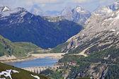Fedaja lago a los pies del glaciar de la marmolada — Foto de Stock