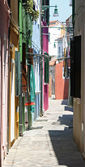 Narrow street with the house features at Burano near Venice — Stock Photo
