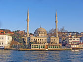 Turkish mosque reflects on the water of the Bosphorus — Stock Photo