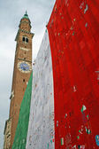 Tour de la cloche dans la piazza dei signori vicenza avec drapeau italien sur anniversar — Photo