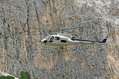 Helicopter for the transport of materials in the high mountains at high alt — Stock Photo