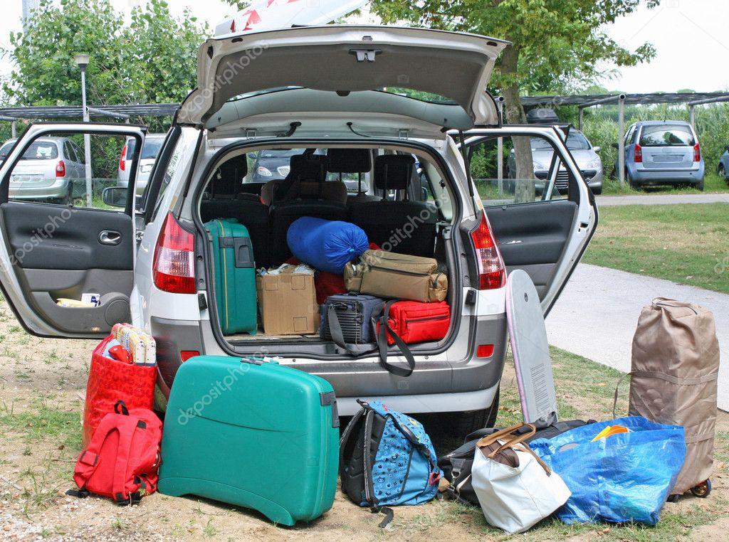 voiture familiale pleine de bagages pr t pour les vacances photographie chiccododifc 7125299. Black Bedroom Furniture Sets. Home Design Ideas