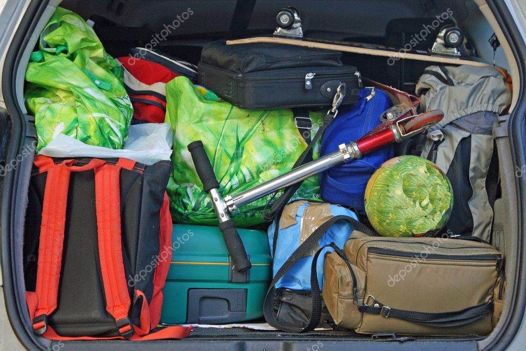 Very car with the trunk full of luggage ready for the departure of family holidays — Stock Photo #7125995