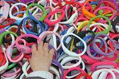 Strony o dziewczynie, która kradnie kolorowe bransoletki zegarki — Zdjęcie stockowe