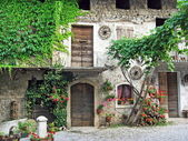 Old house in a courtyard of a mountain village — Stock Photo