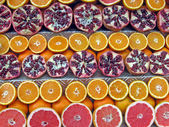 Colorful lemons, oranges, grapefruits and pomegranates for sale — Stock Photo