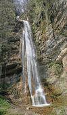 Cascada de alta con un montón de agua fresca en los alpes italianos — Foto de Stock