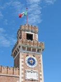 Klocktorn med klocka och italiensk flagg — Stockfoto